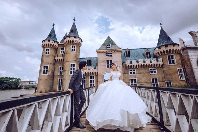 Chụp ảnh cưới với lâu đài phim trường Paris